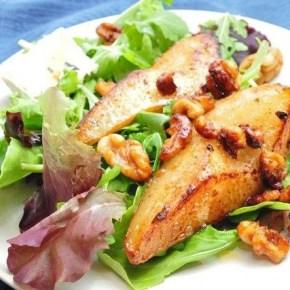 Обжаренная груша с рукколой и листьями салата