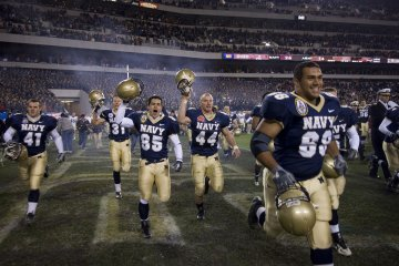 1280px-us_navy_061202-n-5319a-053_the_u-s-_naval_midshipmen_football_team_celebrates_after_winning_the_2006_army_navy_game