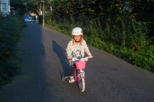 Hilma tar cykeln till dagis