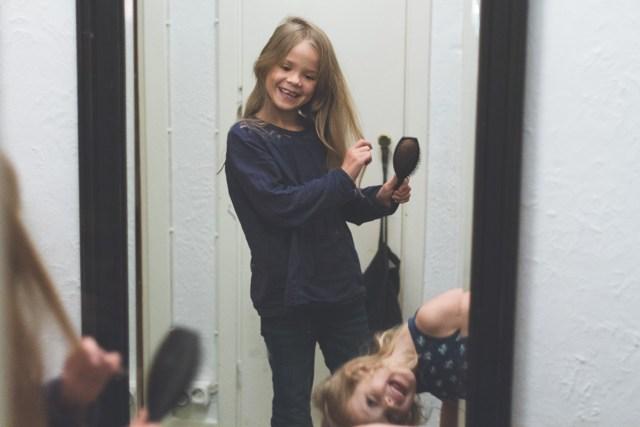 Smilla & Hilma larvar sig framför spegeln