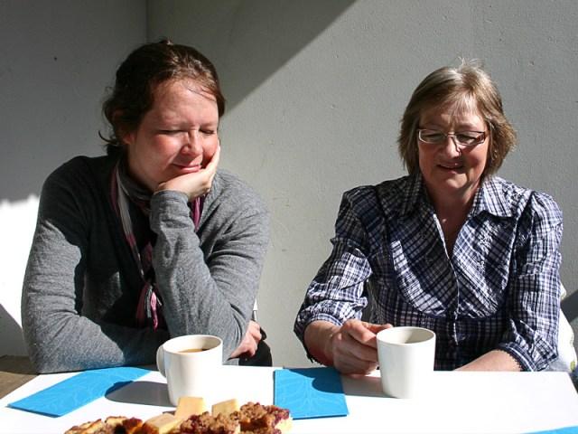 Farmor och mormor på besök med glatt humör och masage