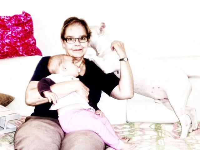 Alla vill vara med mummo Heljä i soffan