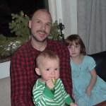 Ett besök hemma hos familjen Lindkvist med fika, fånga fjärilar och en massa konstiga bus