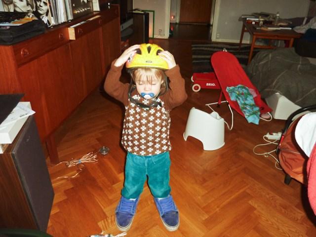 Smilla testar sin nya hjälm med pappas skor som snubbel faktor