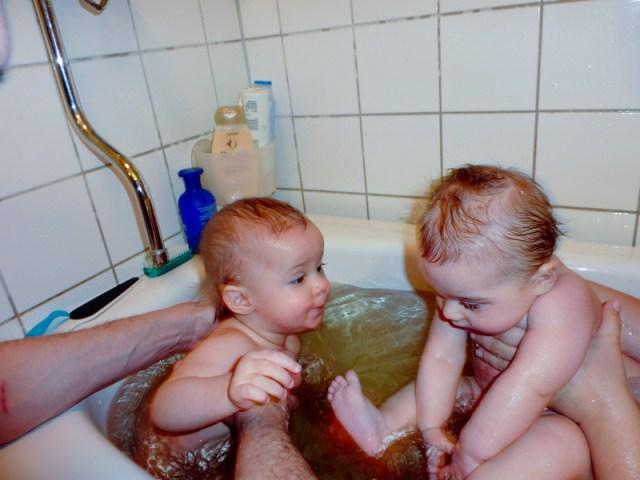 Två kusiner i vattnet