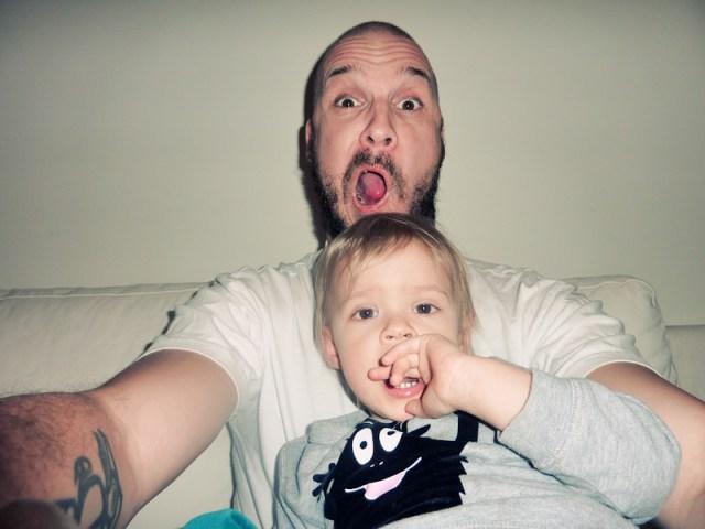 Smilla och pappa busar i soffan