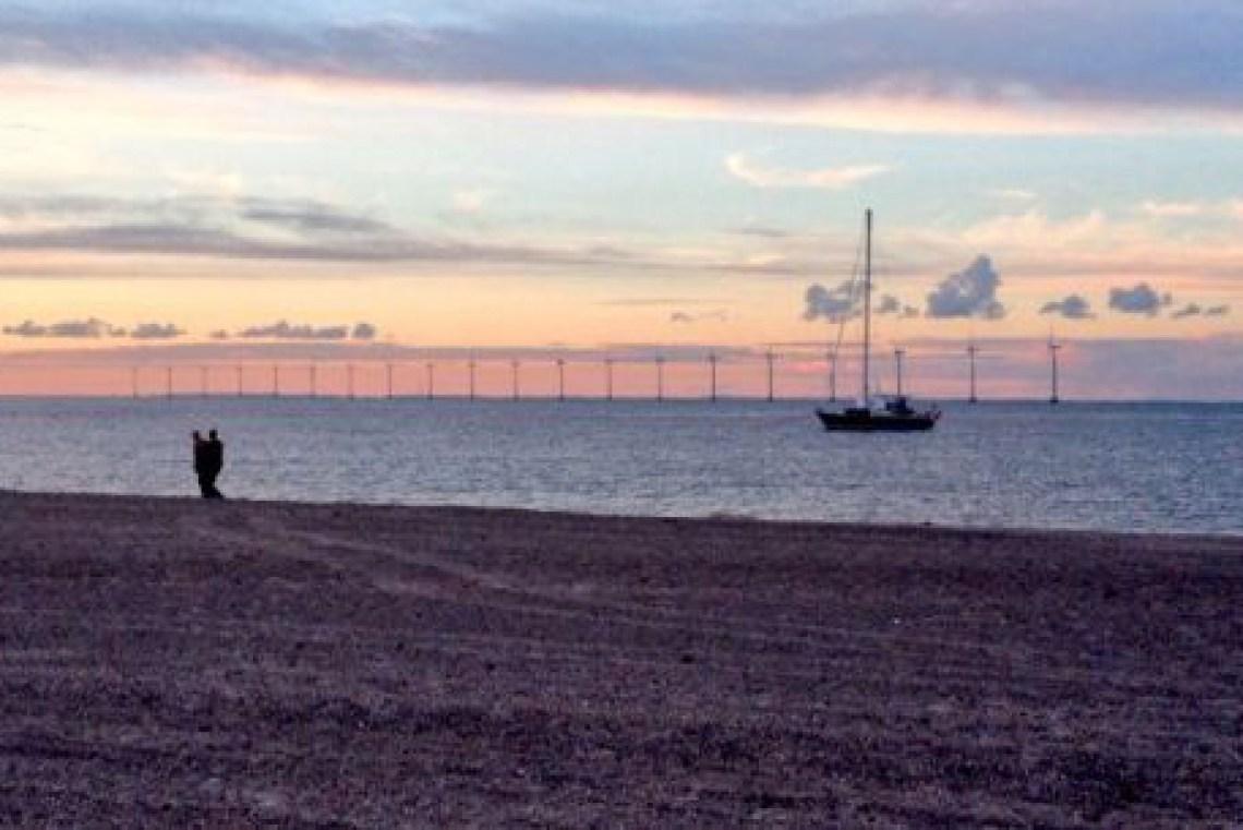Strand bij zonsondergang.