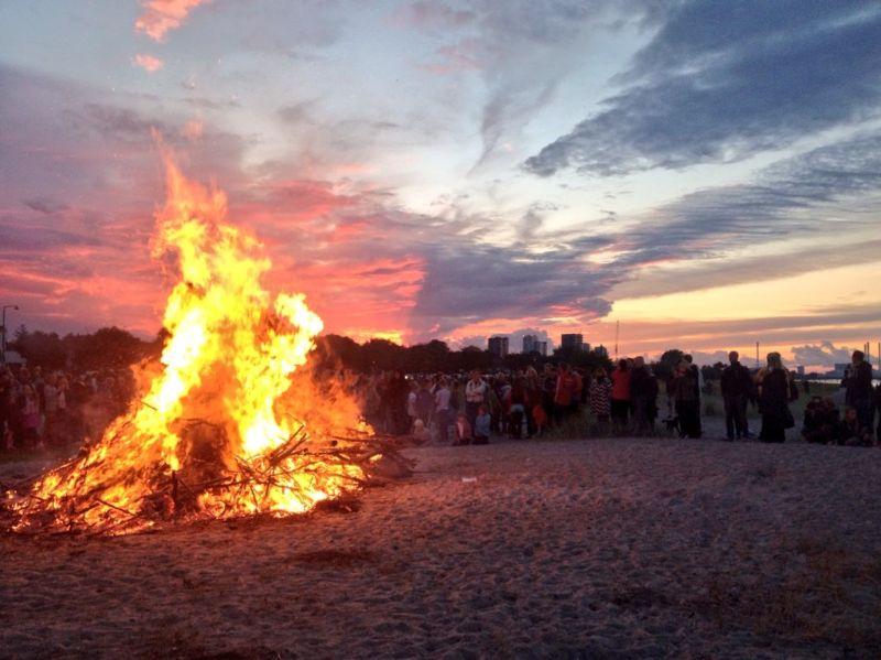 Ook op het strand zie je om de paar honderd meter een nieuw vuurtje.