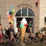 Kopenhaagser dan dit krijg je het niet in de zomer: ijsco's, fietsen en stoere mannen met tatoegaes.