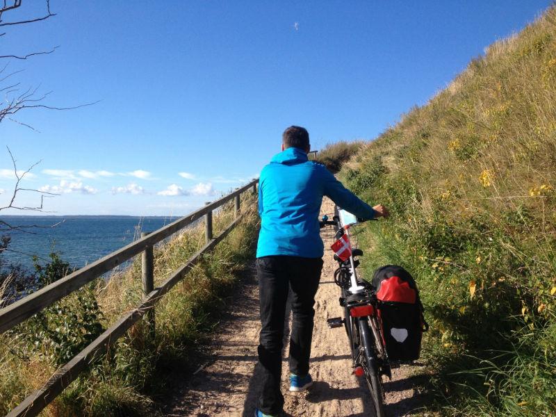 Heuvels, zee en een fietspad tussendoor.