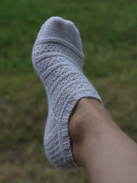 Pin Ups and Link Love: Ankle Sock Knitting Pattern   knittedbliss.com