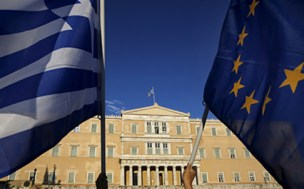 Protesters hold an EU flag and a Greek flag (L) as people gather at the entrance of the Greek parliament, during a rally calling on the government to clinch a deal with its international creditors and secure Greece's future in the Eurozone, in Athens June 18, 2015. Hopes of a breakthrough at Thursday's gathering of European finance ministers, once seen as the last opportunity for an agreement, looked increasingly remote.   REUTERS/Yannis Behrakis  - RTX1H5LF