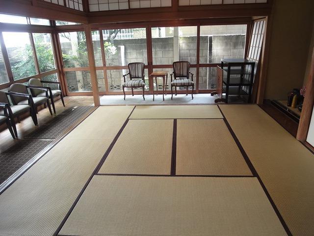 朝方、自然光の中を和室の写真を撮ってみました。この空間の優しさが伝わってくるようです。