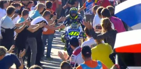 wpid-standing-ovation-for-rossi-valencia-2015-jpg