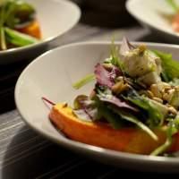 Ofen-Kürbis mit mariniertem Schafskäse auf einem Salatbett