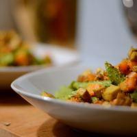 Spinat-Pesto zu Pasta mit einem Möhren-Tofu-Topping