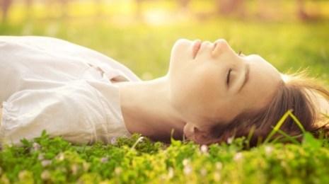 girl-sleeping-in-grass-w-sun