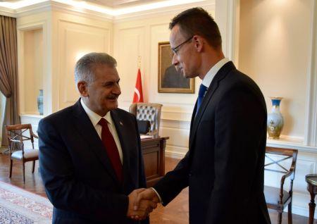 Binali Yildirim török miniszterelnök fogadja hivatalában Szijjártó Pétert Ankarában, 2016. augusztus 23-án (Fotó: MTI / KKM/ Szabó Árpád)