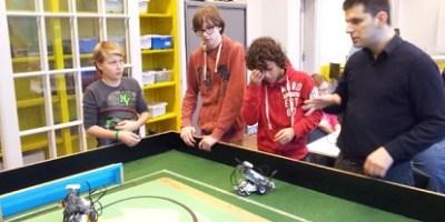 po-leerlingen op het Metis Montessori Lyceum met hun leraar Hakan Akkas
