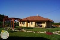 A pergola és a kerti híd, háttérben a családi házzal