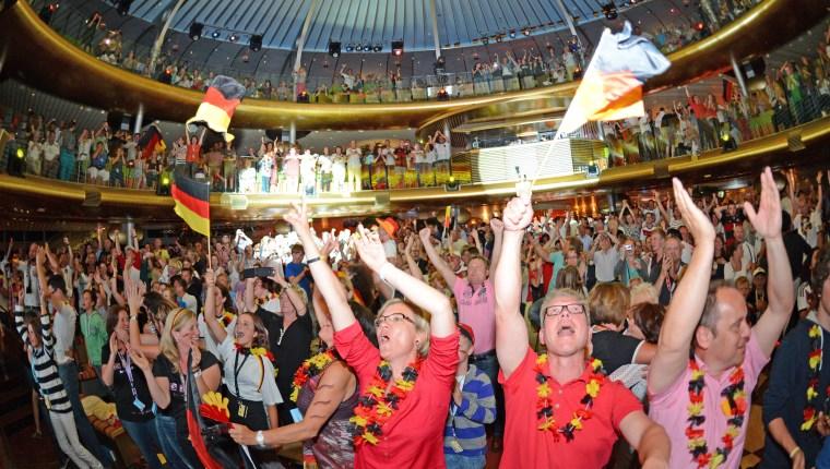 Auf AIDAbella wird Deutschland WM-Sieg beim groessten Publicviewing auf dem Meer gefeiert.