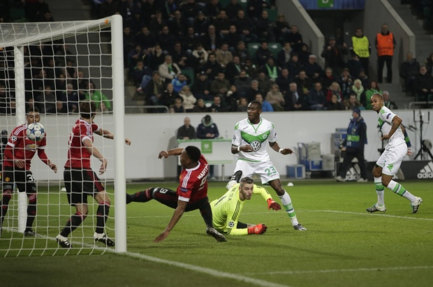 Naldo's downward header beats De Gea and Blind. Photograph: Michael Sohn/AP