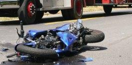 القلة : السرعة و حالة الطريق تخلف ضحية في حادث سير بين طاكسي و دراجة نارية