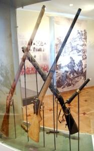 Broń myśliwska i karabiny były najmocniejszą bronią powstańców, ale podstawową były chłopskie kosy i widły Fot. Marian Paluszkiewicz