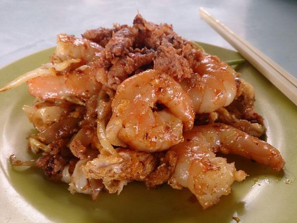glorious char kuih teow with extra ingredients - big prawns, mantis prawns, duck egg