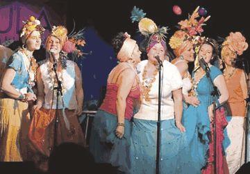 Quelques membres des Voix du Coeur sur la scène du Lula Lounge. (Photo: Gilles Macé)