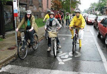 Des cyclistes dans l'une des Bike Boxes dessinées illégalement par le Urban Repair Squad il y a deux ans et reprises par la ville début octobre.