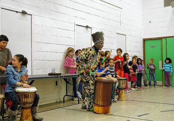 Njacko Backo montre aux élèves de Pierre-Elliott-Trudeau comment garder le rythme!