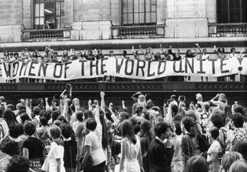Manifestation à New York pour les 50 ans du droit de vote des femmes aux États-Unis. Photo: Fred W. McDarrah