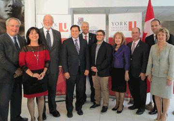 Ministres du gouvernement de l'Ontario et représentants des collèges et universités étaient tout sourire jeudi au campus Glendon de l'Université York.