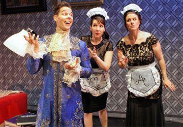 Sébastien Bertrand (Mascarille) avec Lina Blais (Marotte) et Nathalie Nadon (Almanzora) dans Les Précieuses ridicules de Molière au TfT jusqu'au 10 mai.