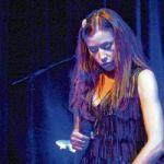 Olivia Ruiz sur la scène du nouveau théâtre de l'Alliance française de Toronto le 12 mai.