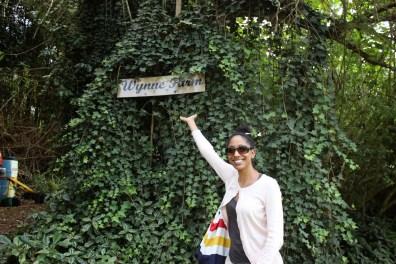 Tanya à l'entrée de la Ferme Wynne, Kenscoff (photo Baharh Lashani).JPG