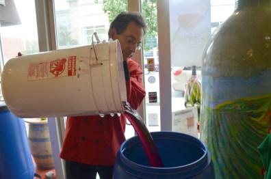 Charles Fajgenbaum à l'oeuvre dans sa boutique Fermentation de l'avenue Danforth