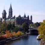 Les édifices du Parlement et le canal Rideau à Ottawa.