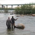 Benoit Legault apprend les rudiments de la pêche à la mouche dans les rapides de Sault Sainte-Marie.