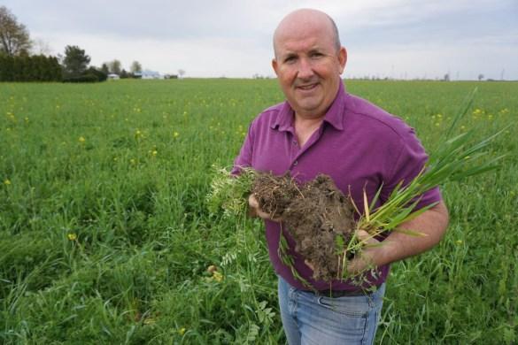 Blake Vince avec son couvre-sol dans son champ de maïs à Merlin.