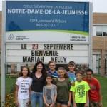 L'athlète Mariah Kelly (blouse noire) avec des élèves de son ancienne école.