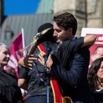 Le premier ministre Justin Trudeau participait récemment à une cérémonie de femmes autochtones devant le Parlement.