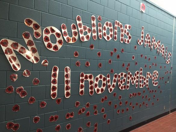 Une murale de coquelicots dans une école.