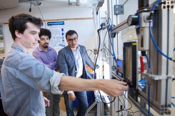L'étudiant de premier cycle Eric Chadwick, l'étudiant diplômé Shaker Bukhari et le professeur Wael Ahmed de la School of Engineering de l'Université de Guelph.