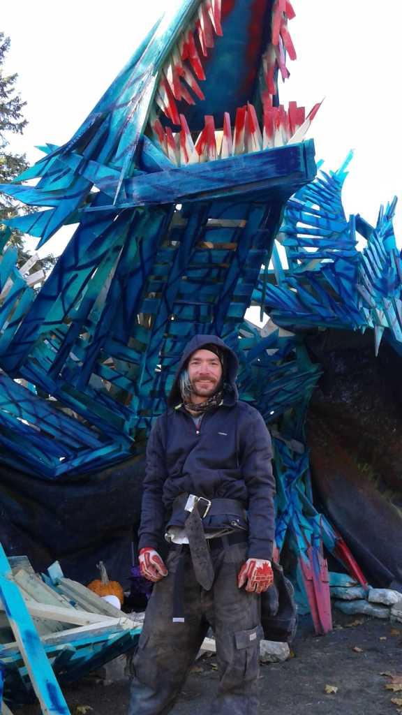 Nicholas Desjardins de Brampton a construit un énorme dragon de bois. (Photo: Sandra Dorélas)