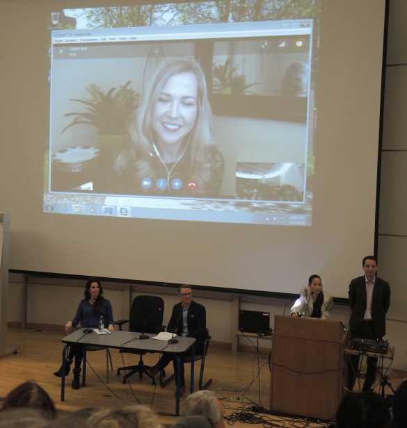Cassie Jay (écran au centre) et (sur la scène) Vanessa Fisher blogueuse et auteure, Patrick Bisset, journaliste indépendant, Denise Fong, responsable de l'UofT Men's Issues Awareness Society, Justin Trottier, directeur général de l'Association pour l'égalité.