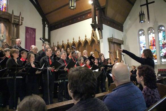 Manon Côté (à d.) dirigeant ses Voix du Coeur à l'église du Sacré-Coeur. (Photos: Nathalie Prézeau)