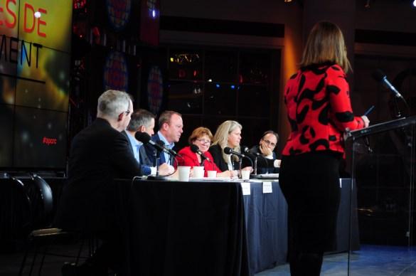 Au centre: Michel Bissonnette, le nouveau chef des Services français de Radio-Canada au pays. Debout: l'animatrice Catherine Lafrance, présentatrice du Téléjournal Ontario.