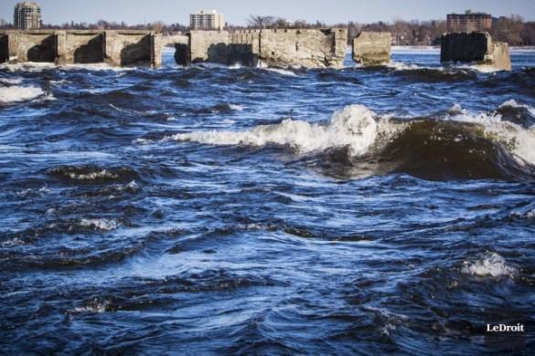 Les ruines du barrage des rapides Deschênes, sur la rivière des Outaouais.